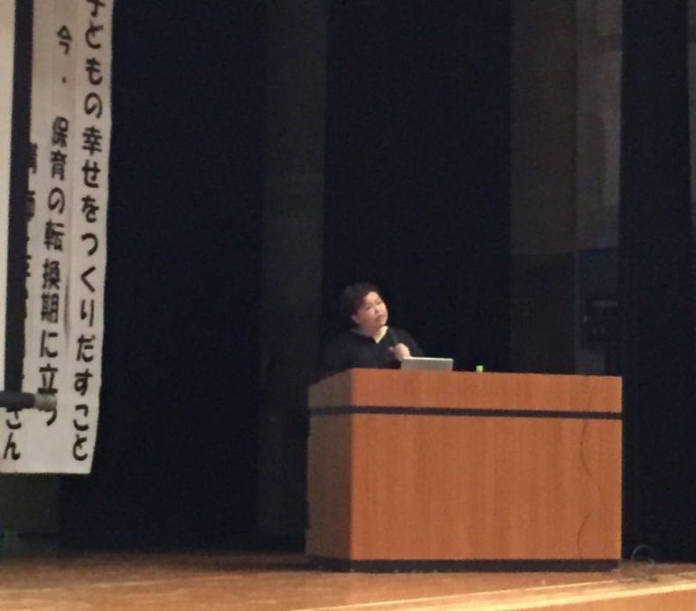 講演する平松知子さん